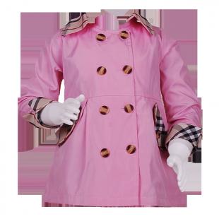 Тонкий плащ розового цвета на пуговицах