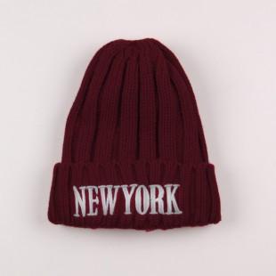 . Стильная шапка с надписью