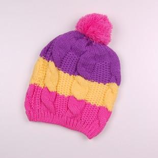 Яркая вязаная шапка